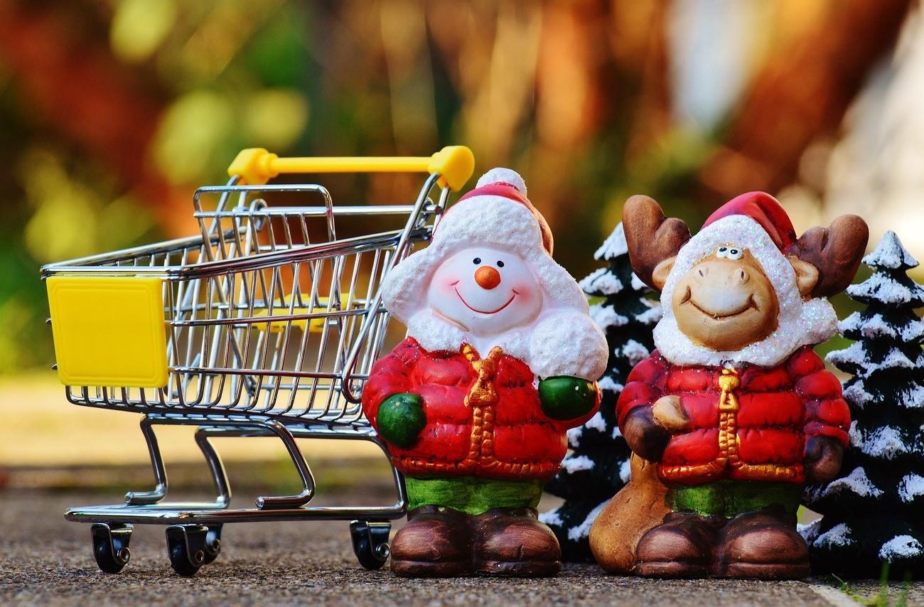 Weihnachtsmänner vor EInkaufskorb