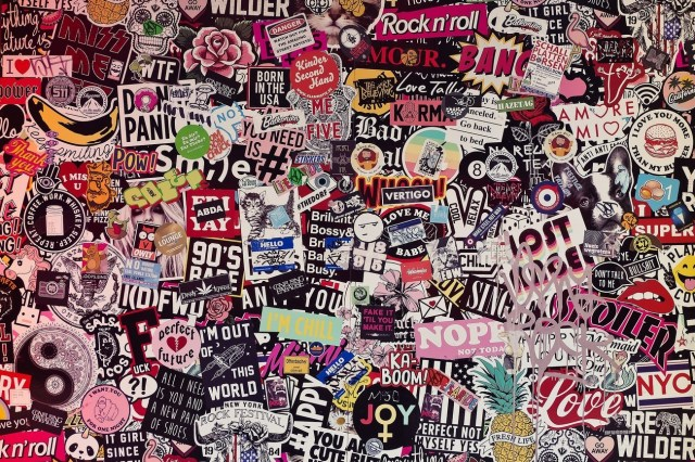 Collage aus bunten Stickern mit Werbebotschaften