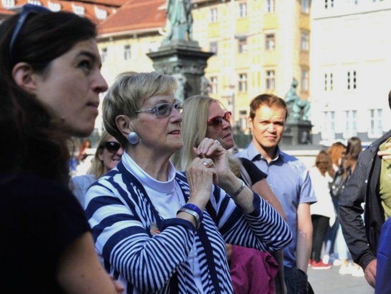 Gruppe von Menschen am Hauptplatz von Graz