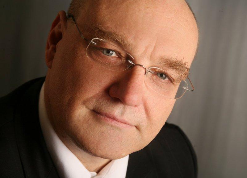 Dietmar Knapp ist Bilanzbuchhalter, Wirtschaftsmediator und -coach, Fachbuchautor und in einer englischen Beratungskanzlei für internationale Unternehmen im Bereich Wirtschafts- und Steuerrecht tätig. Am WIFI Steiermark leitet er den Lehrgang IFRS.