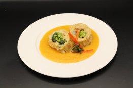 Broccoli-Pilz Serviettenschnitte m.Karottensauce