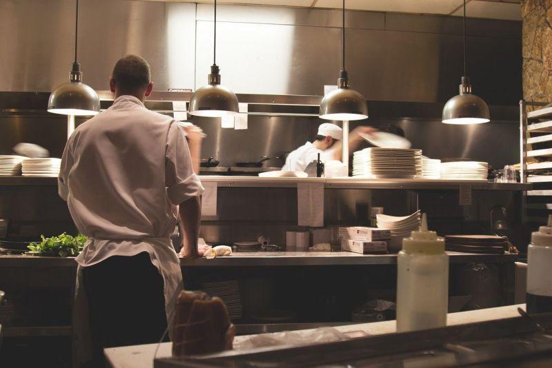 Gastroküche mit Servicepersonal