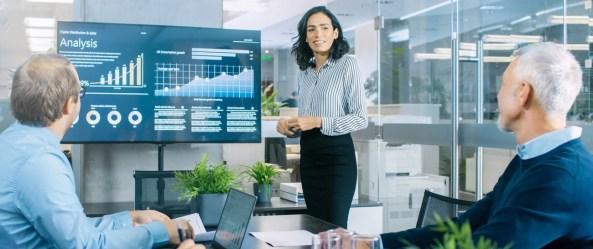 Frau zeigt eine Analyse für ein Verkaufsgespräch. Der Verkauf wird bildlich dargestellt