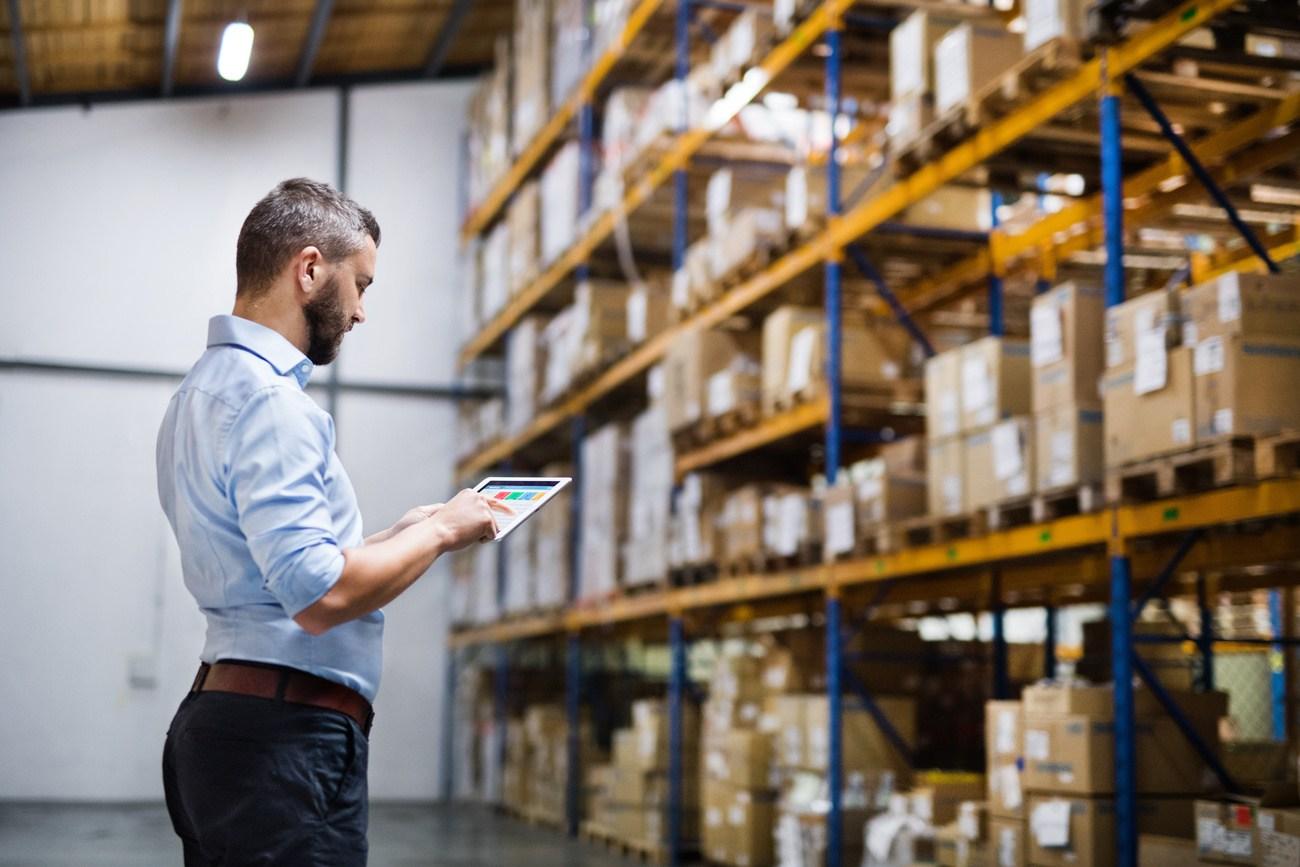 Wie können Unternehmen ihre Lagerlogistik verbessern?