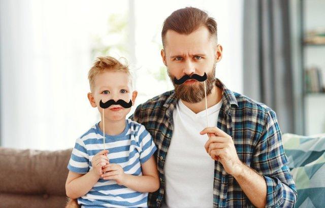 Kind und Vater mit Schnurrbart