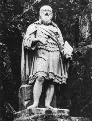 """Väinämöisen patsas. Väinämöinen on patsaassa sokea vanha laulaja. Hahmo ilmensi eurooppalaisen varhaisromantiikan suurta kiinnostusta muinaisaikojen runouteen. Hän on jollain lailla alistunut ja passiivinen – seesteinen ja tyyni. Väinämöisellä on vyö, jolla roikkui sulkia ja höyheniä, shamaanin puku klassillisen harmoniseen tyyliin kuvattuna. """"Sivalla simanen siipi, vyöltä vanhan Väinämöisen..."""". WAY."""