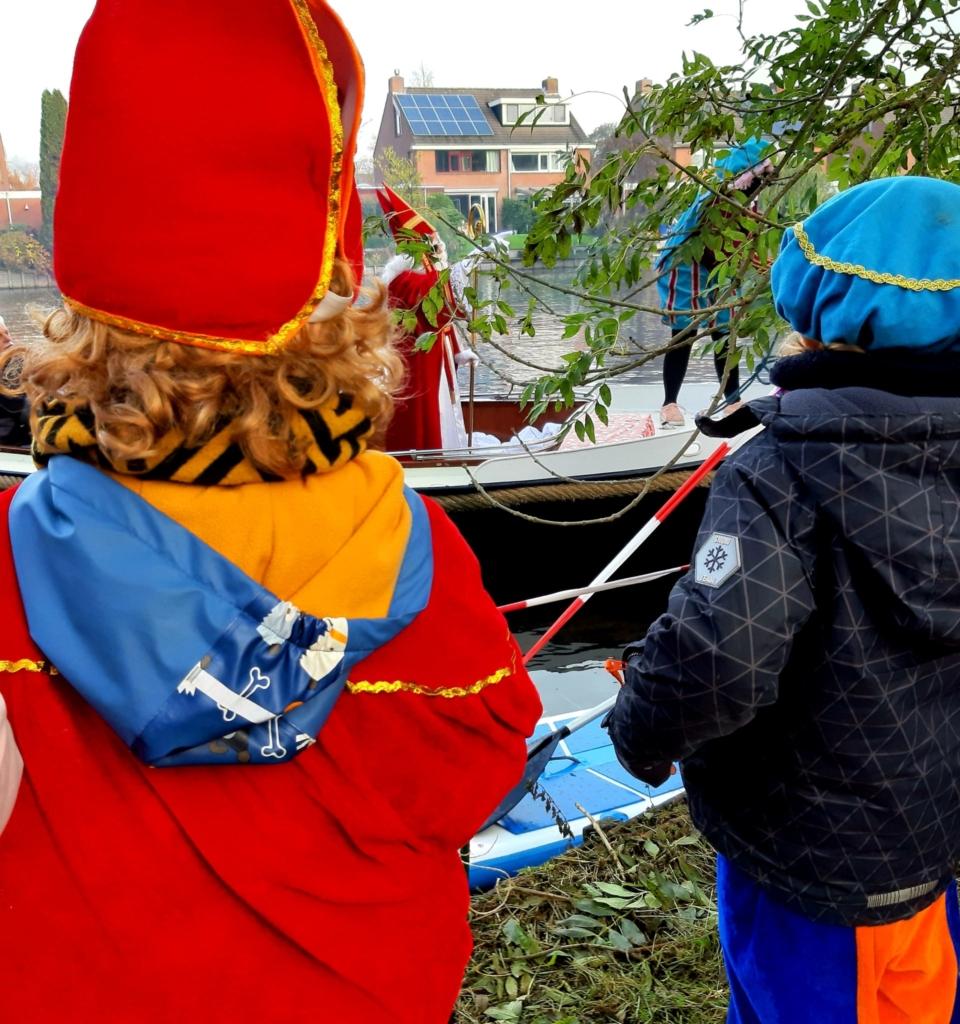 Kleine Sint en Piet begroeten grote Sint en Piet