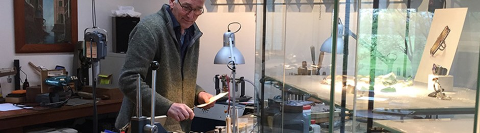 Jan Kerkstra in het atelier in Wijnjewoude