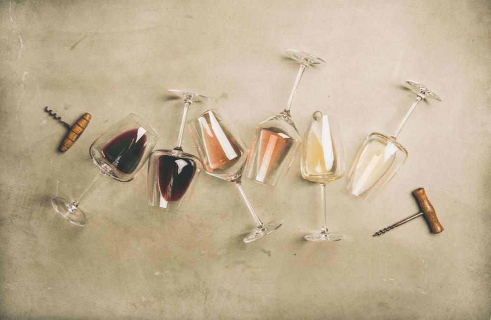 flatlay van verschillende soorten wijn