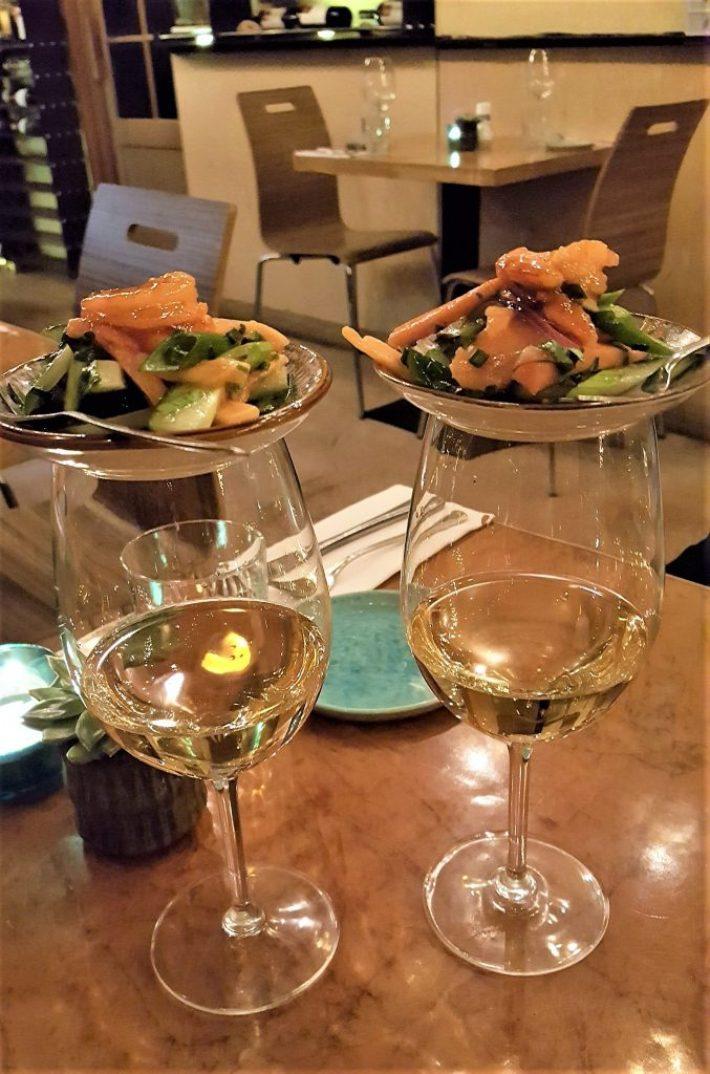 gamba's en wijn bij restaurant kurk