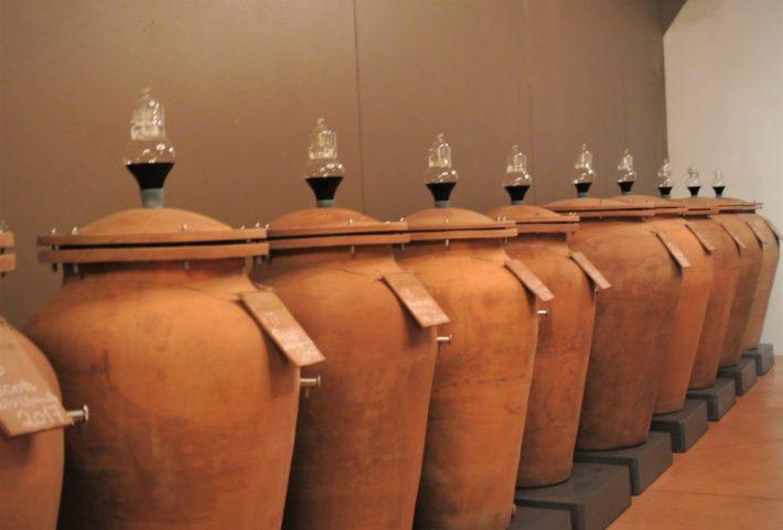 wijn in aardewerken kruiken bij Pietro Zardini
