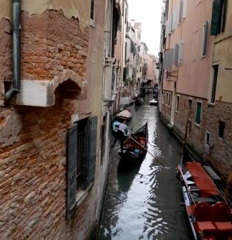 Van het ruime Grand Canal door de smalle kanalen van het middeleeuwse Venetië.