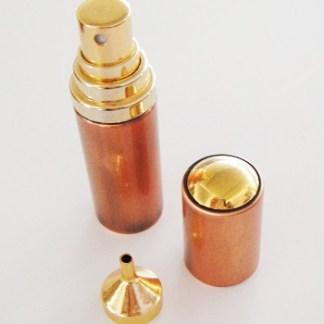 Luxusný rozprašovač na parfém do kabelky, ktorý si naplníte vašou obľúbenou vôňou , aby ste ju mali stále pri sebe bez nosenia veľkého flakónu. Vrch atomizéru jednoducho odkrútite a fľaštičku naplníte. Rozmer: 8cm x 2,5cm.