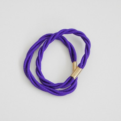 Prepletaná gumičkadovlasov pre ženy a detí. Farba- fialová. Rozmer: 1cm x 6cm