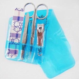 Praktická cestovná sada na manikúru a pedikúru. Sada obsahuje pinzetu, malý pilník, nožnice na nechtovú kožičku, cvakačky. Farba- modrá. Rozmer: 10,5cm x 6,5cm.