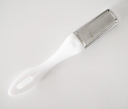 Ergonomická kovová škrabka na päty obojstranná. Škrabka krásne odstraňuje suchú, stvrdnutú kožu a mozole. Farba- biela. Rozmer: 18,5cm x 2,5cm.