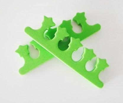 Oddelovač prstov z mäkkej peny výbornej kvality. Farba- zelená. Rozmer: 13cm x 4cm.