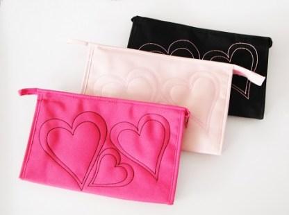 Štýlová vyšívaná taštička na kozmetiku a mnoho užitočných veci sa vždy hodí. Je praktická a vyrobená z výborného materiálu. Farba- svetlo ružová. Rozmer: 18cm x 29cm.