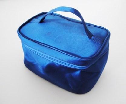 Luxusná saténová taška na kozmetiku a mnoho užitočných veci sa vždy hodí. Je praktická a vyrobená z výborného materiálu. Neoddeliteľnou súčasťou tašky je i malé zrkadielko. Farba- čierna. Rozmer: 20cm x 13cm x 10cm.