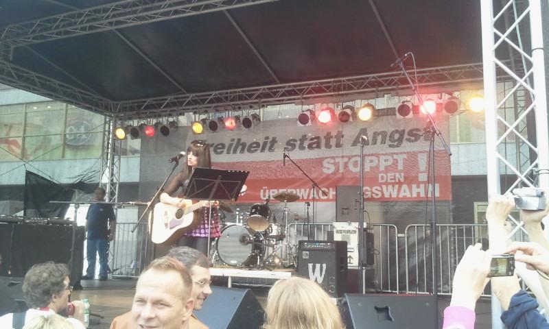 """Zu den Höhepunkten zählte der Auftritt von Nina Hagen, einem Urgestein deutscher Rockmusik. Sich selbst auf der Gitarre begleitend, sang Nina Hagen unter anderem amerikanische Bürgerrechtslieder und deutsche Protestsongs. Und nicht zuletzt wurde der Klassiker """"We shall overcome"""" von vielen Teilnehmer begeistert mitgesungen. Nina Hagen: """"Wird sind das Volk. Ich freue mich mit Euch zu kämpfen für ein Leben in Freiheit ohne Angst."""" Klar für die Künstlerin, dass sie, wie viele andere auch, die Petition gegen die verdachtlose Vorratsdatenspeicherung unterschrieb."""