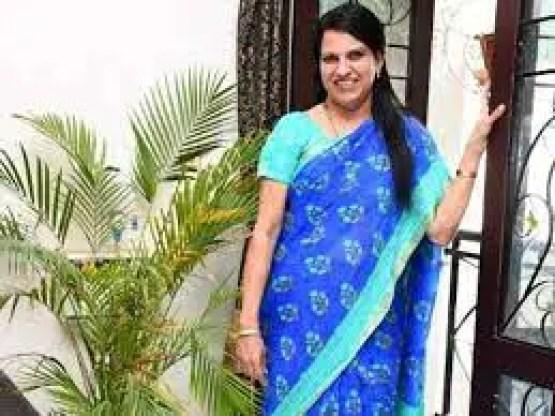 Baskar in blue saree