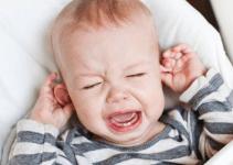 Penyebab, gejala dan pengobatan Infeksi telinga pada anak