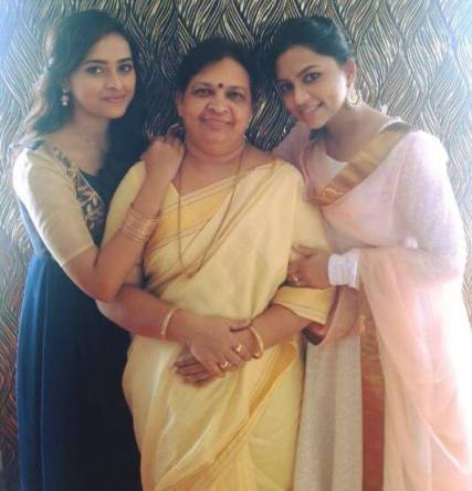 actress Divya family