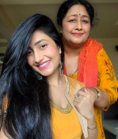 Dhanashree Verma with mother