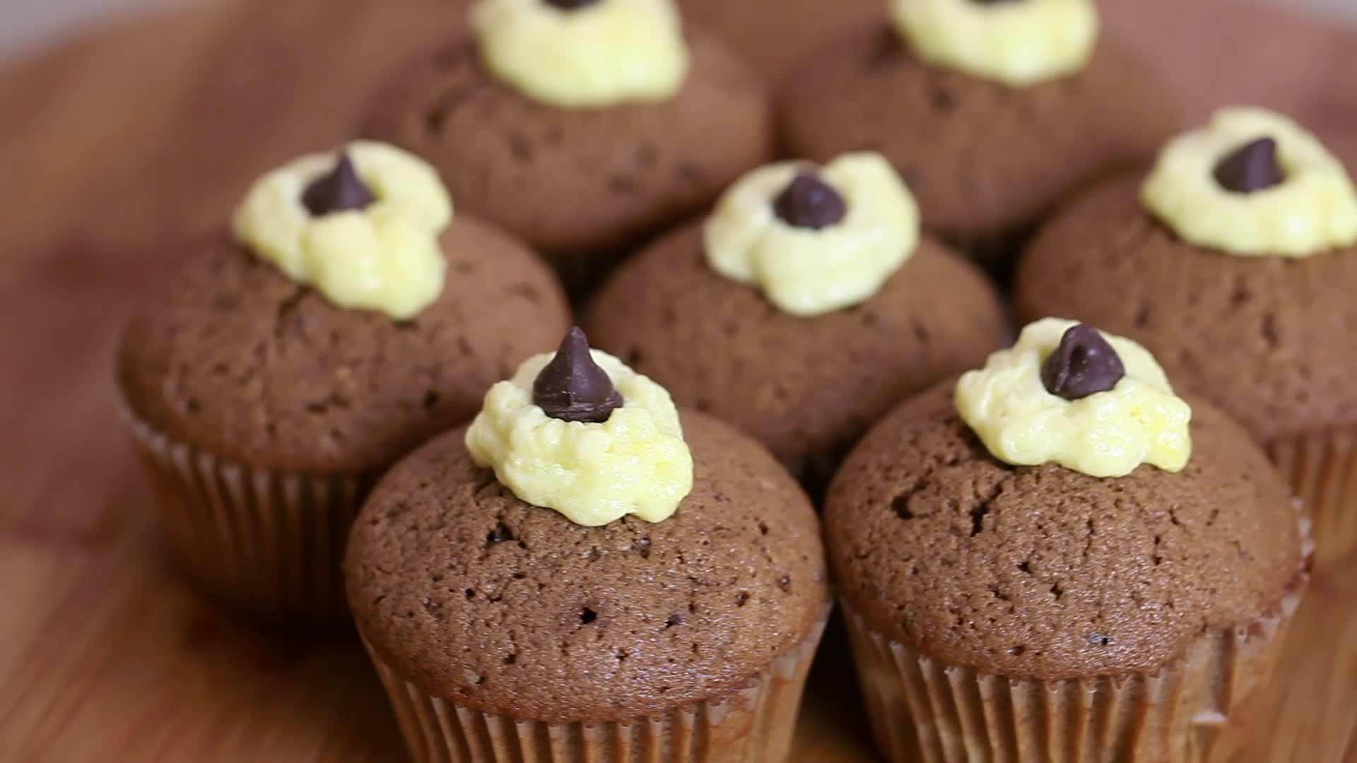 How To Make Chocolate Cupcakes (with Pictures)