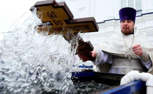 Acqua santa per il battesimo