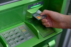 Come mettere i soldi su una carta attraverso un bancomat