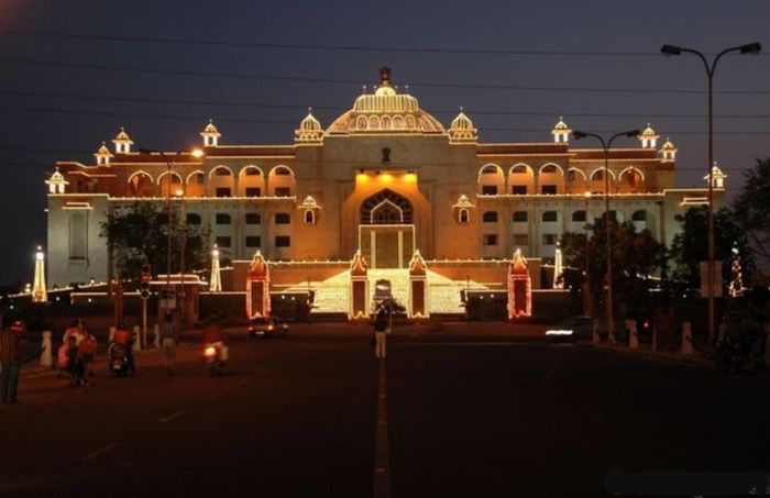 Rajasthan's Legislative Assembly situated at Jaipur during festival season. Image Credit: http://wikitravel.org/en/Jaipur