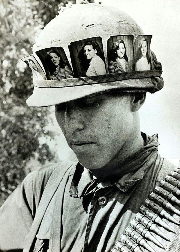Файл:Американский солдат с фотографиями своей девушки на ...
