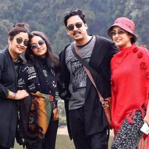 अपने पिता, माता और बहन के साथ देवव्रत बसु