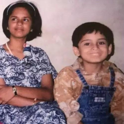 बहन के साथ सिद्धार्थ चांडेकर (बचपन की तस्वीर)