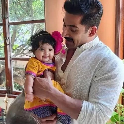 निवा भठैना (बेटी) के साथ विवान भाथेना