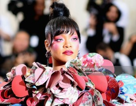NEW YORK, NEW YORK - MAY 01: Rihanna attends the 'Rei Kawakubo/Comme des Garcons: Art Of The In-Between' Costume Institute Gala at Metropolitan Museum of Art on May 1, 2017 in New York City. (Photo by Dimitrios Kambouris/Getty Images)