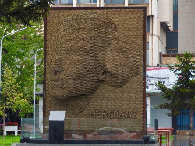 Heroinat Sculpture, Pristina