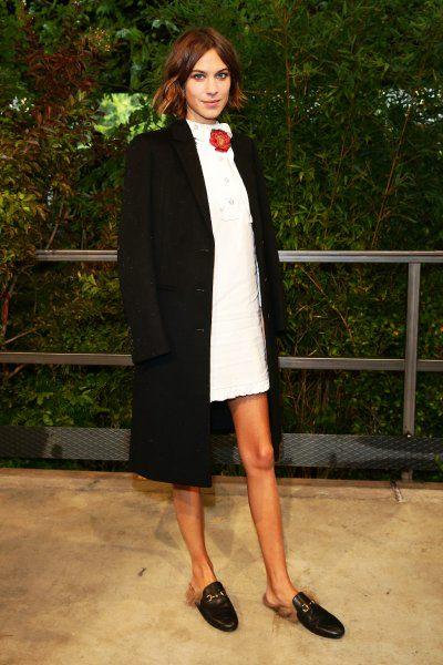 Auch diese Gucci-Schlappen, die das Model Alexa Chung 2015 trägt, sind mit Fell bestückt.