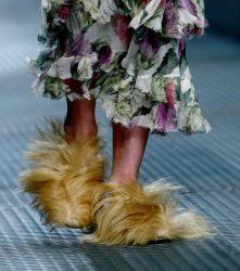 Fell wurde in der Vergangenheit auch in Gucci-Schuhen verarbeitet - hier ist ein Exemplar bei der Modenschau in Mailand im Februar 2015 zu sehen.