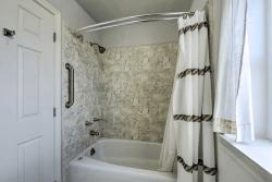 Le Dolce: Bathroom 1