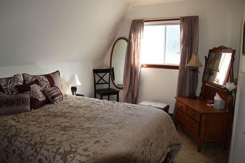 Vista De Oro Queen Bedroom