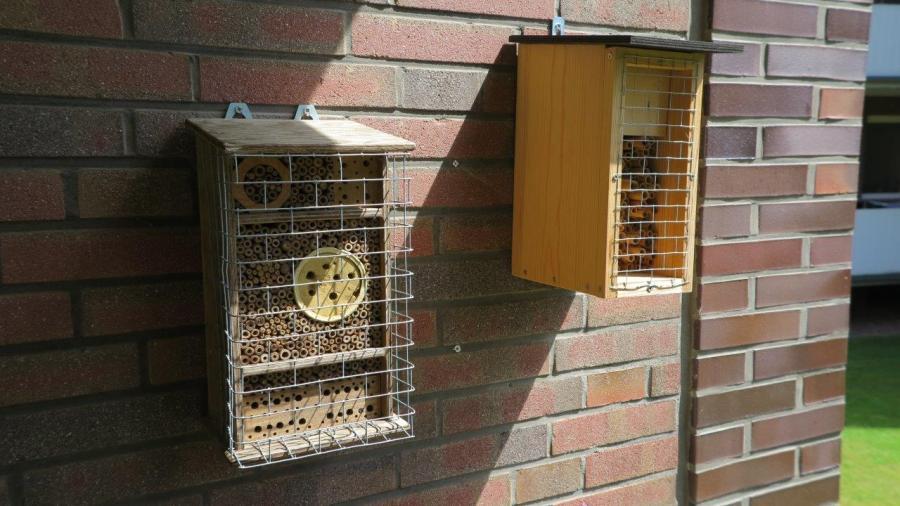 Die beiden Wildbienen-Nisthilfen mit Vogelschutzgitter