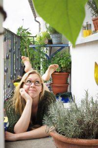 Atessa Bienhüls auf ihrem Balkon
