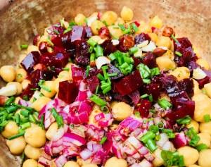 Kichererbsensalat mit Rote Beete, Honigdressing und Haselnüssen