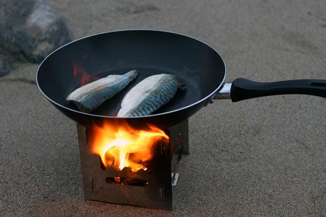 petromax-hobo-stove-fish-cooking-sand