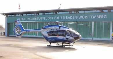 Helikopter vor Gebäude der Hubschrauberstaffel der Polozei Baden-Württemberg