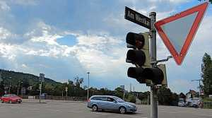 Ampel mit Vorfahrtsschild und Straßenschild Am Westkai