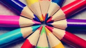Zwölf Buntstiftspitzen bilden ein Rondell