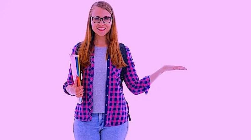 Studentin mit zustimmender Handbewegung